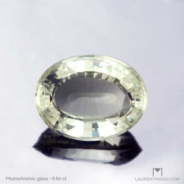 Unusual photochromic facetted glass (6.60 ct)